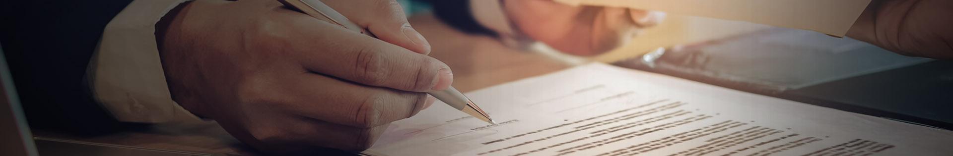 Baner - pan trzymający długopis w dłoni, kartka papieru